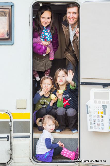 Familie auf Kurs im Wohnmobil